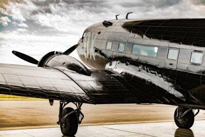 Bild Ein Flugzeug des Zweiten Weltkrieges blickt aus seinem Aufhänger Kellner für das Wetter zu löschen