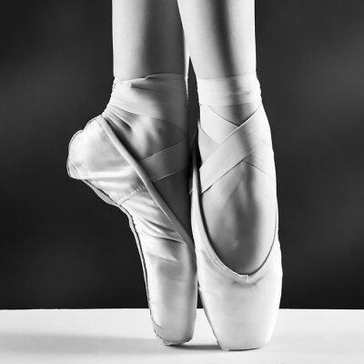 Bild Ein Foto von Ballerina pointes auf schwarzem Hintergrund