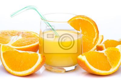 Bild Ein Glas Orangensaft mit orange Quartalen