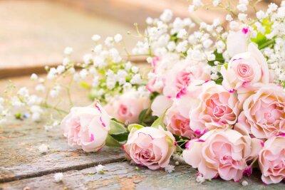 Bild Ein herrlicher Rosenstrauß auf rustikalem Holz