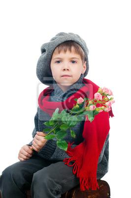 Ein kleiner Junge hält eine Rose Blume, isoliert auf weißem Hintergrund