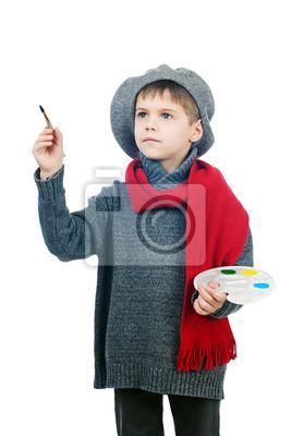 Ein kleiner Junge in einem Vintage-Maler gekleidet