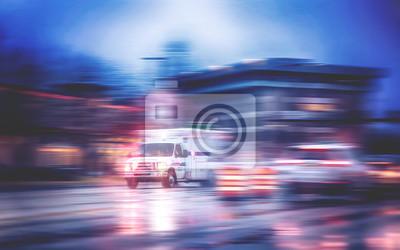 Bild Ein Krankenwagen, der durch den Regen auf einer stürmischen Nacht mit Bewegungsunschärfe läuft