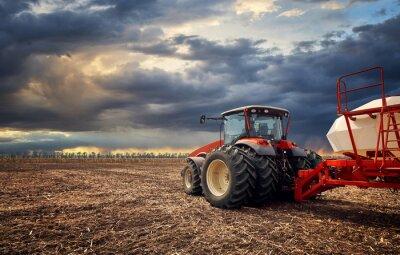 Bild Ein leistungsstarker Traktor arbeitet auf dem Feld