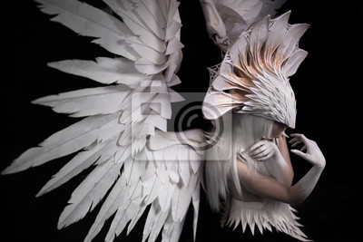 Ein Porträt eines jungen Mädchens und eine weiße Perücke, die eine große weiße Maske und eine große weiße Flügel trägt. Federn Kostüm und Hände in weiß, Kopf nach unten, suchen seitwärts, nachdenklich