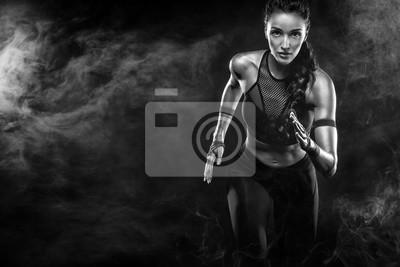 Bild Ein starker Athlet, Frauensprinter, laufend auf dem schwarzen Hintergrund, der in der Sportkleidung, in der Eignung und in der Sportmotivation trägt. Läuferkonzept mit Kopienraum.