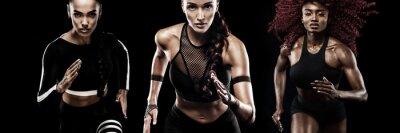 Ein starker athletischer, Frauensprinter, laufend auf den schwarzen Hintergrund, der in der Sportkleidung, in der Eignung und in der Sportmotivation trägt. Läufer-Konzept.