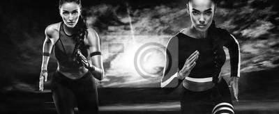 Ein starker athletischer, Frauensprinter, laufend im Freien tragend in der Sportkleidung, in der Eignung und in der Sportmotivation. Läuferkonzept mit Kopienraum.