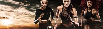 Ein starker athletischer, Frauensprinter, laufendes im Freien tragen in der Sportkleidung, in der Eignung und in der Sportmotivation. Läuferkonzept mit Kopienraum.