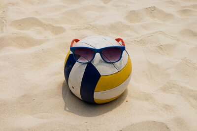 Bild Ein Volleyball am Sommer-Strand mit einer Sonnenbrille