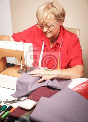 Bild Eine ältere Frau, Nähen auf einer Nähmaschine.