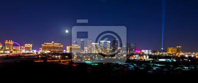 Bild Eine Ansicht der Las Vegas-Skyline mit einem Vollmond, der unten scheint.