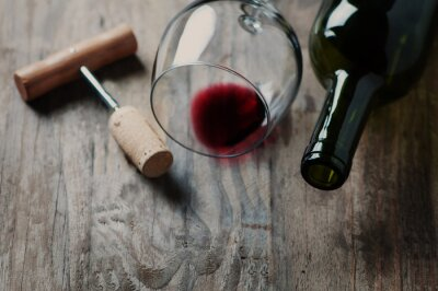 Bild Eine Flasche Wein, Korken und Korkenzieher