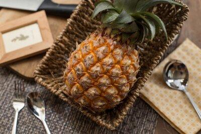 Bild Eine frische Ananas ftuit auf dem Tisch.
