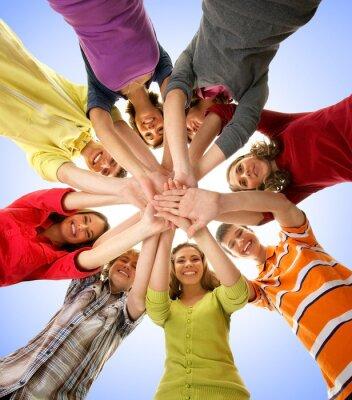 Bild Eine Gruppe von glücklich Teenager Hand in Hand zusammen