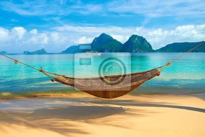 Bild Eine Hängematte am Strand mit Blick auf Bacuit Archipel-Inseln (El Nido, Philippinen