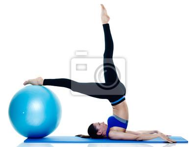 Eine kaukasisch Frau Ausübung Fitness Pilates Übungen isoliert auf weißem Hintergrund