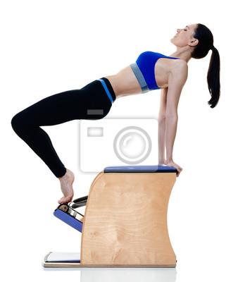 Eine kaukasischen Frau Ausübung Fitness Pilates Übungen isoliert auf weißem Hintergrund
