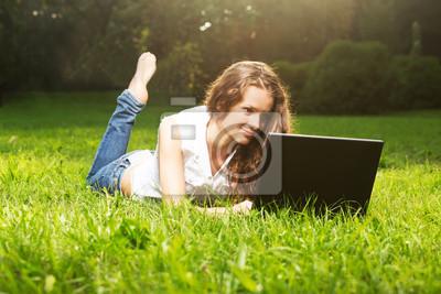 Eine lächelnde junge Mädchen im Freien