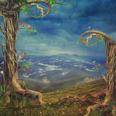 Eine schöne Waldszene mit Bäumen und Gras in den Bergen