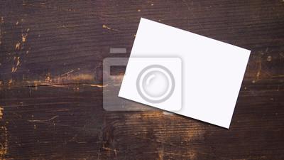Bild eine weiße leere Postkarte auf einem hölzernen Hintergrund
