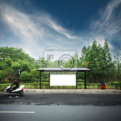 einer Werbetafel am Busbahnhof mit blauem Himmel
