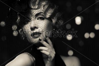 Bild Einfarbiges Bild der eleganten blonden Retro- Frau, die kleinen Hut mit Schleier trägt