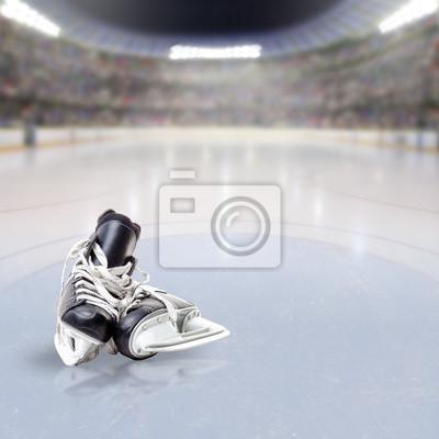Eishockey-Skates auf Eis der überfüllten Arena
