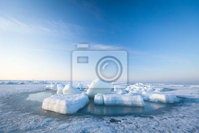 Eisklumpen schwimmen im Meer