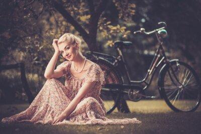 Bild Elegante Retro-Frau im Sommerkleid