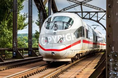 Bild Elektrische Intercity Express in Frankfurt, Deutschland in einem Sommertag