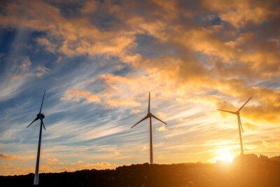 Bild Elektrische Windmühlen auf dem Himmel Hintergrund auf den Sonnenuntergang