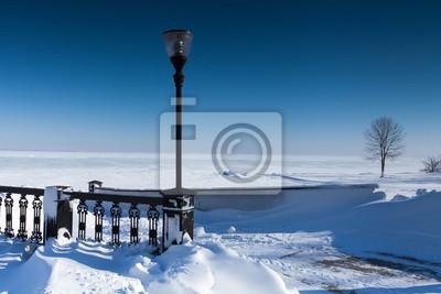 Embankment mit Schnee bedeckt