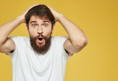 Bild emotional man in a white t-shirt hand gestures anger Studio