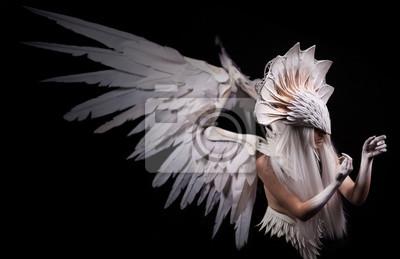 Engel, Kostüm, Konzept, cinematic, junges Mädchen mit weißer Perücke, die eine große weiße Maske und eine große weiße Flügel trägt. Federn Kostüm und Hände in weiß, dramatisch, nachdenklich gemalt