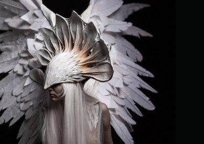 Bild Engel, Kostüm, Konzept, Kino, ein Porträt eines jungen Mädchens und eine weiße Perücke, die eine große weiße Maske und eine große weiße Flügel trägt. Dramatisch