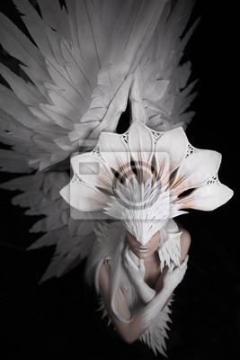 Engel, Kostüm, Konzept, Kino, ein Porträt eines jungen Mädchens und eine weiße Perücke, die eine große weiße Maske und eine große weiße Flügel trägt. Federn Kostüm und Hände in weiß gestrichen, Blick