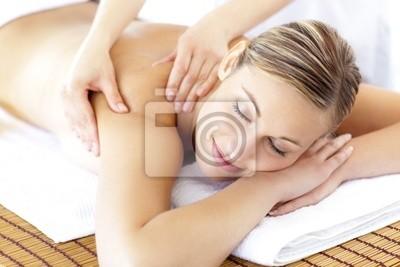 Entspannt lächelnd Frau Erhalt einer Rückenmassage