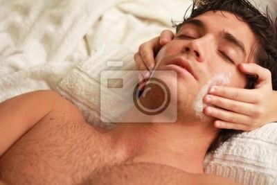 Entspannter junger Mann in der Therme