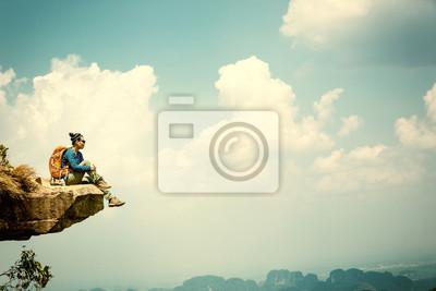 Bild Erfolgreiche Frau Wanderer genießen die Aussicht auf Berggipfel Klippe