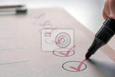 Bild Erledigte Aufgaben werden auf einer To-Do-Liste abgehakt