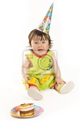 Erster Geburtstag. Hübsche, kleine Mädchen in einer Kappe mit einem Geburtstagskuchen