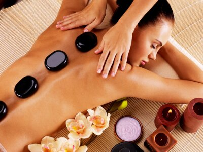 Bild Erwachsene Frau mit Hot-Stone-Massage im Wellness-Salon