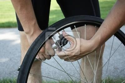 Bild Erwachsene männliche Reifen aufpumpen