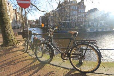 Bild Fahrräder, die eine Brücke über die Kanäle von Amsterdam, Niederlande