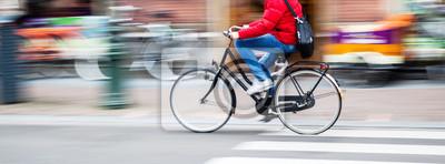Bild Fahrradfahrer in der Stadt in der Bewegungsunschärfe