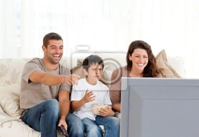 Familie lacht, während Fernsehen zusammen
