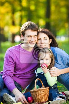 Familie mit Picknick im Herbst