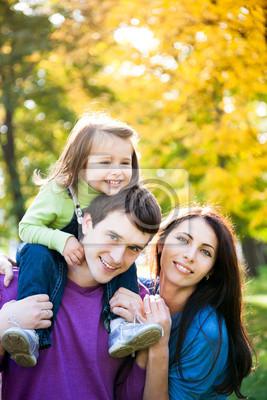 Familie spielt im Herbst