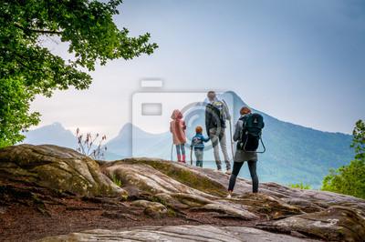 Bild famille en randonnée en montagne